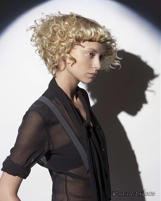 Прически с густой челкой на короткие волосы фото