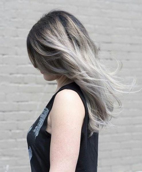 Градиентный холодный пепельный блонд с темными корнями и плавной цветовой  растяжкой выглядит очень изысканно c10500b3ffb07