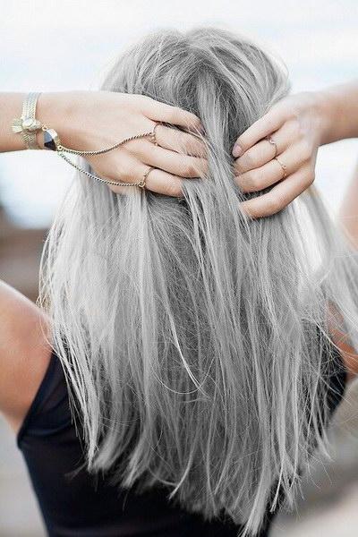Мода на «седые» волосы появилась уже достаточно давно. Еще лет семь назад  среди гламурных дам было популярно так называемое окрашивание «соль-перец» 8dd710a6222c7